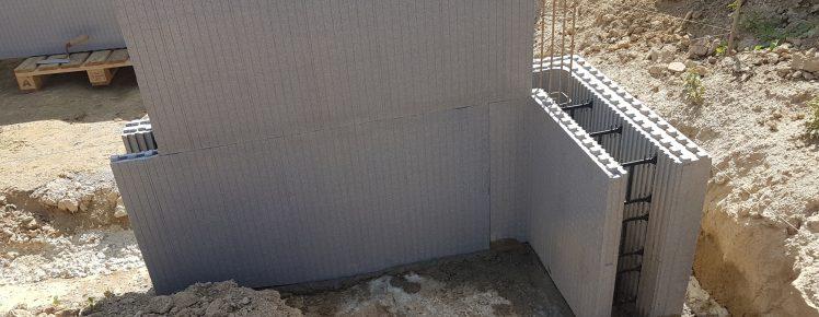Ecopassiv - Poser un bloc de la 2 rangée safin de s'assurer que les bloc de la premiere rangées soit bien posé !